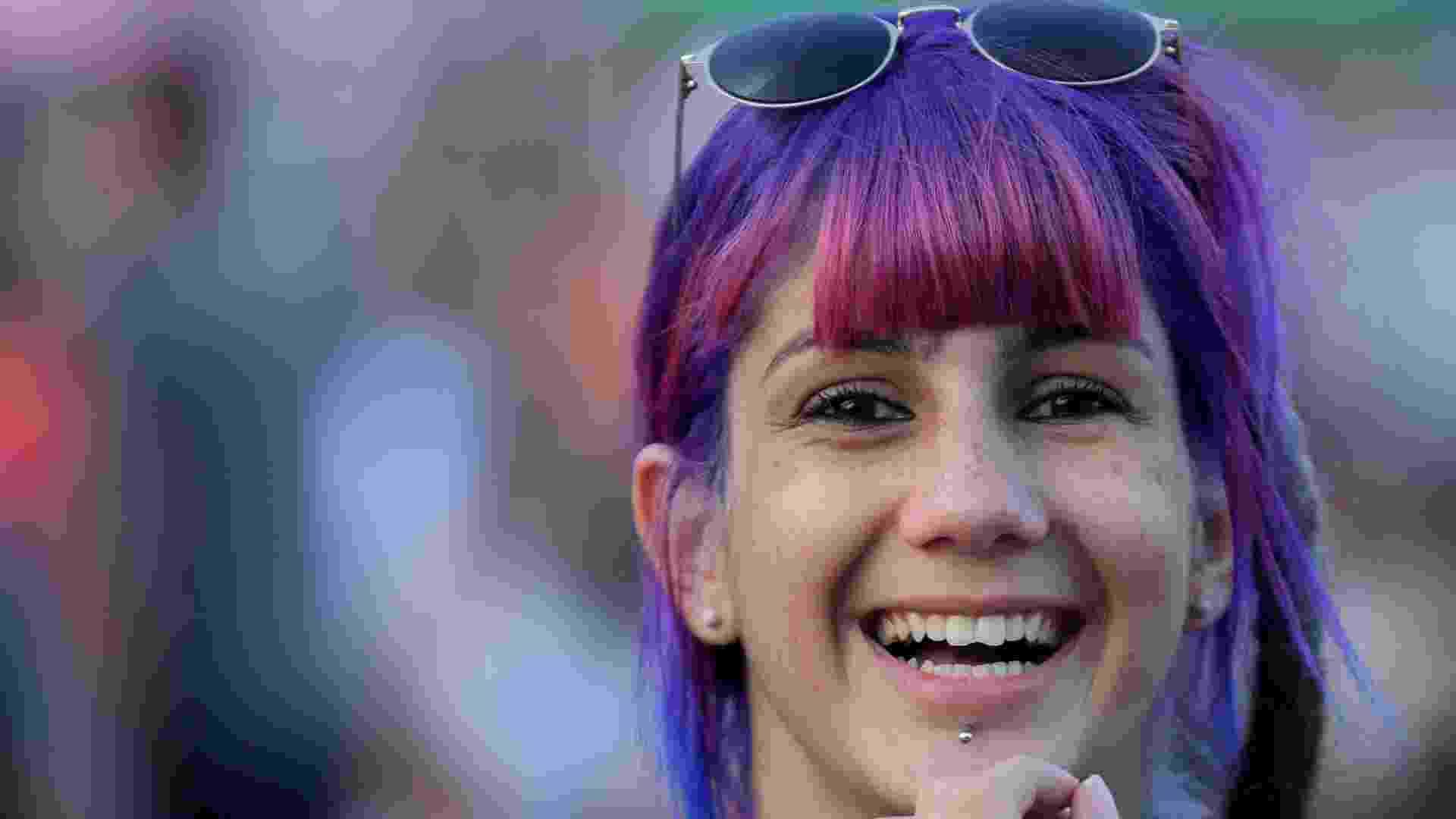 27.set.2015 - Cabelos coloridos, pintados ou perucas, são adotados pelos fãs de Katy Perry, a headliner da última noite do Rock in Rio 2015. - Fernando Maia/UOL