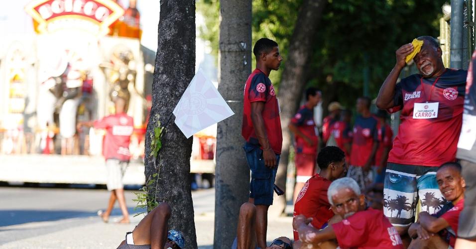 8.fev.2016 - Integrantes da Salgueiro descansam e se protegem do sol. Tarde desta segunda registrou 35°C no Rio de Janeiro