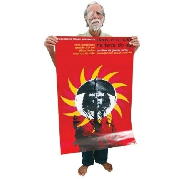 Rogério Duarte com sua obra mais famosa