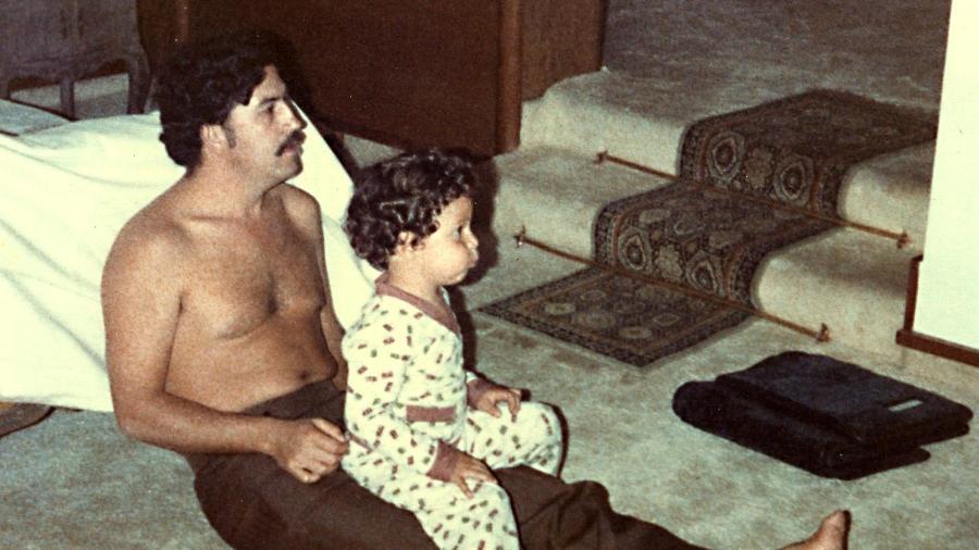 """Cena do filme """"Pecados do Meu Pai"""" (2009) - Pablo Escobar e filho (foto é autêntica) - Divulgação"""