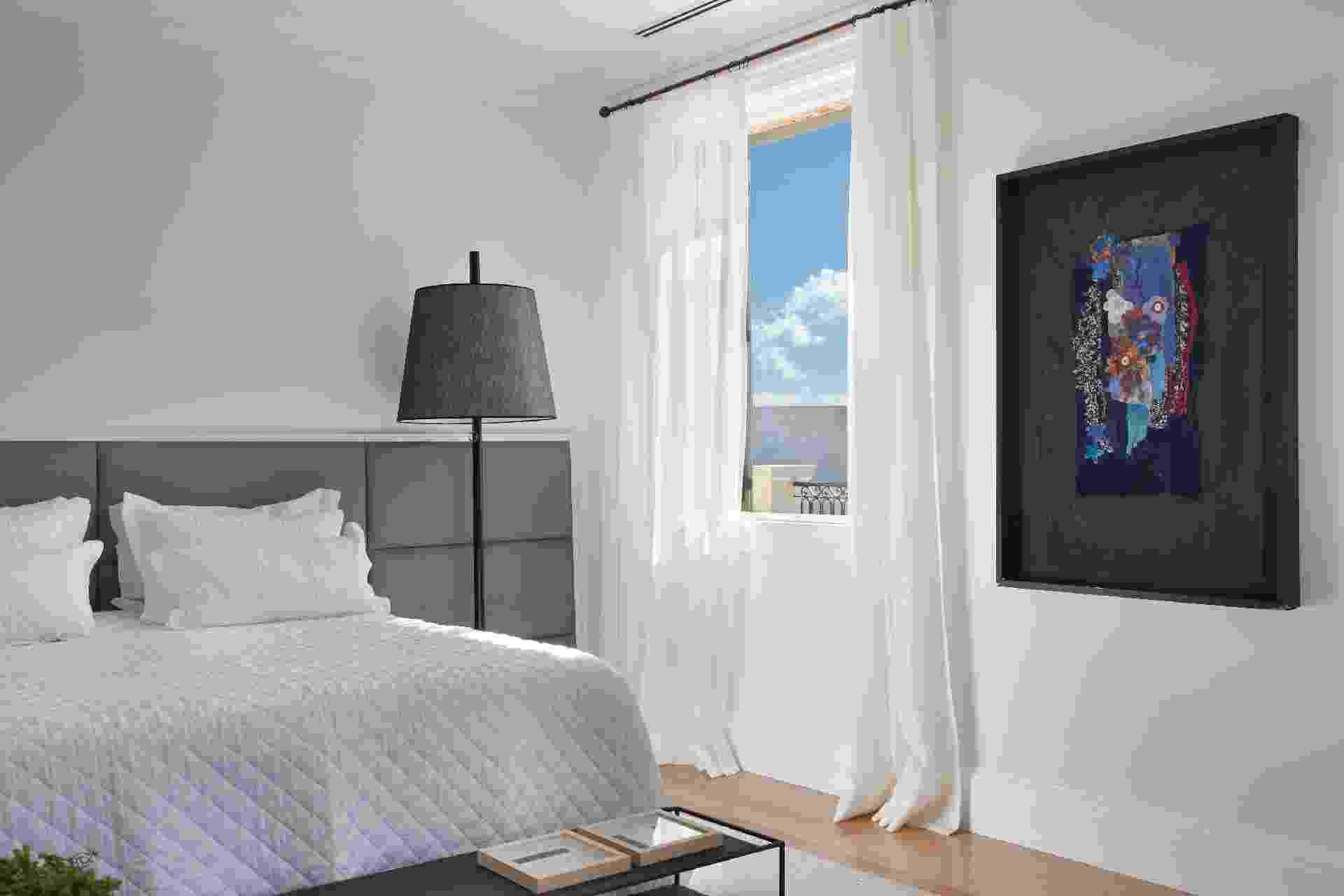 O branco e os tons de cinza predominam na composição da suíte principal. A obra de arte na parede pertence à família proprietária da casa de campo em Bragança Paulista (SP). A decoração é um projeto do arquiteto Otto Felix - undefined