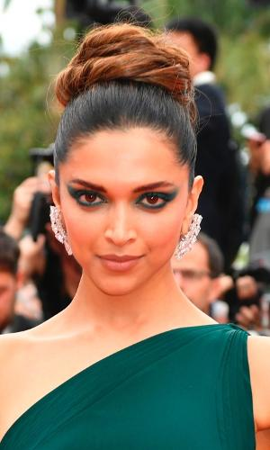 A atriz indiana Deepika Padukone apostou em um coque volumoso bem no topo da cabeça