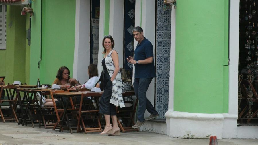 William Bonner deixa restaurante no Rio com a fisioterapeuta Natasha Dantas - Ag.News