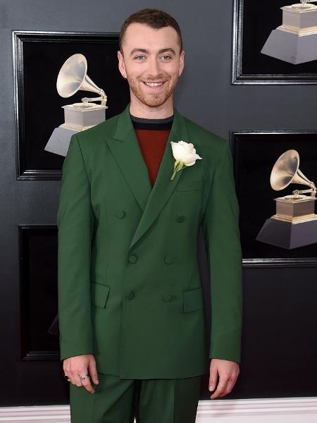 Sam Smith escolheu paletó e calças verdes para o tapete vermelho do Grammy 2018 - Getty Images