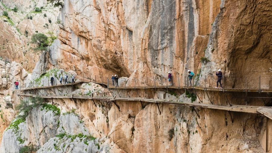 No Caminito del Rey, turistas andam espremidos entre um paredão rochoso e um precipício - Getty Images