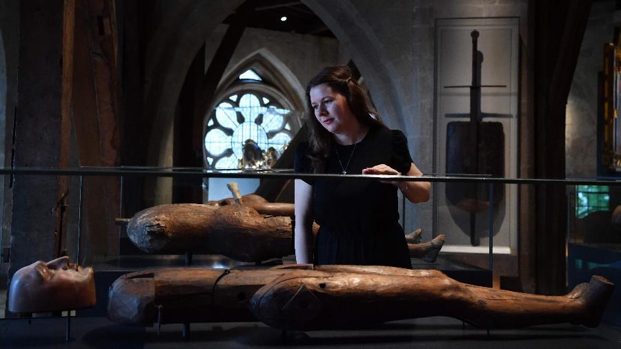 Mulher trabalha na efígie de Henrique Frederico, Príncipe de Gales (1594-1612) em nova galeria de Westminster - AFP/BEN STANSALL