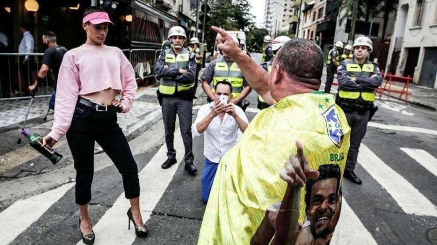 Victor Vlogs olha com deboche para manifestante em foto que virou meme na Parada do Orgulho LGBTI+ - Léo Milano/Mídia Ninja/Reprodução/Facebook