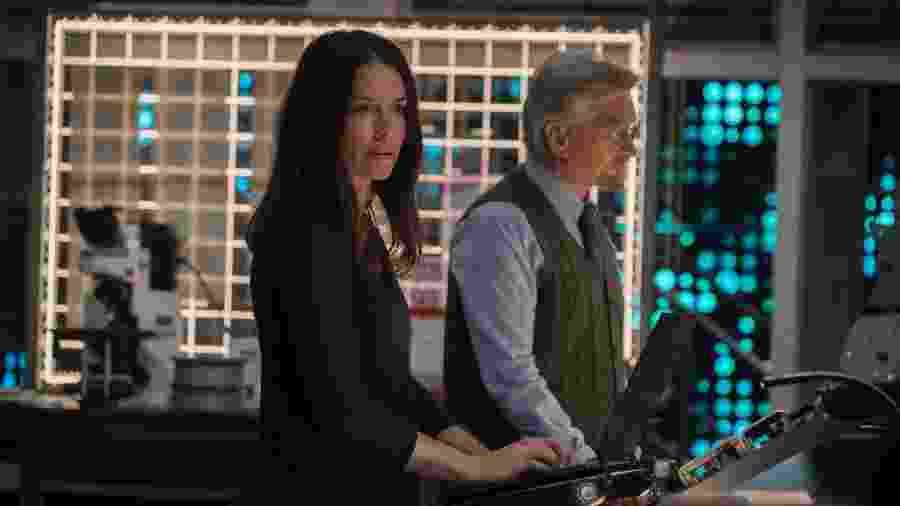 """Evangeline Lilly e Michael Douglas em cena de """"Homem-Formiga e a Vespa"""" - Marvel Studios"""