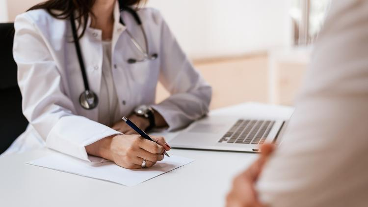 Médica receita hospital consultório - iStock - iStock