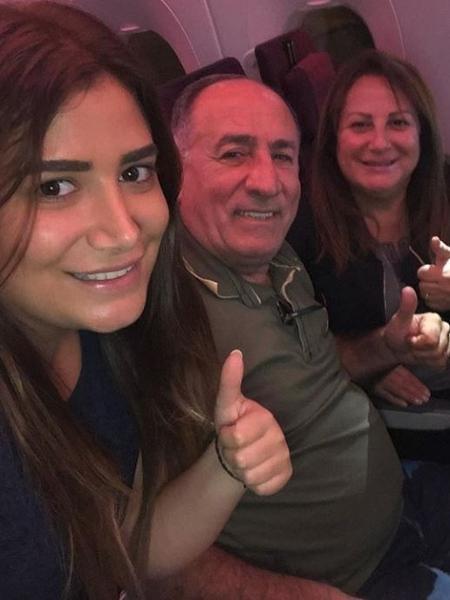 Irmã e pais do ex-BBB Kaysar posam em avião a caminho do Brasil - Reprodução/Instagram/@celinedadour22