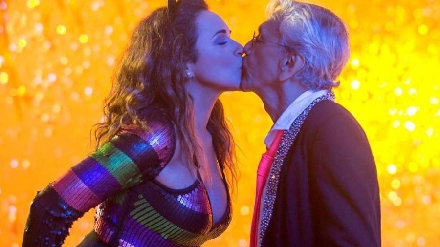 """Daniela Merucy e Caetano Veloso na gravação do clipe de """"Proibido o Carnaval"""" - Reprodução"""