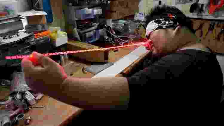 "O taiwanês Makoto Tsai, que produz sabres de luz para fãs de ""Star Wars"" - HSU Tsun-hsu/AFP"