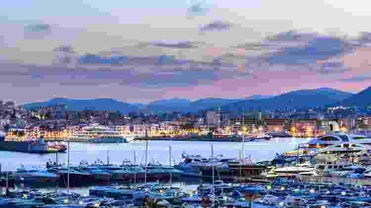 Embarcações luxuosas marcam a paisagem da ilha de Ibiza, na Espanha - jotapg/Getty Images/iStockphoto - jotapg/Getty Images/iStockphoto