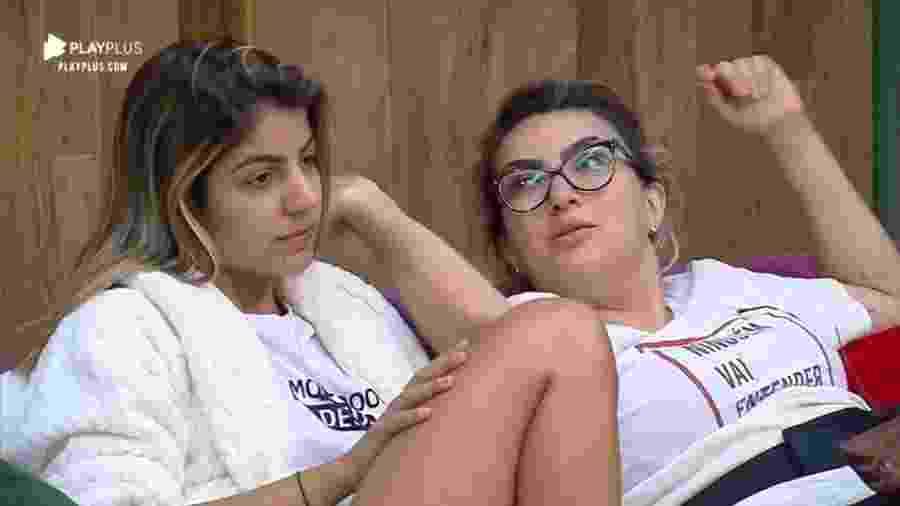Hari Almeida e Thayse Teixeira conversam no sofá - Reprodução/Playplus