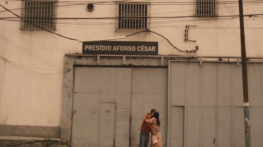 Sandro (Humberto Carrão) e Lurdes (Regina Casé) em cena de Amor de Mãe - REPRODUÇÃO/INSTAGRAM