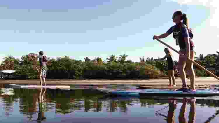 Turistas praticam stand up paddle no Rio Buranhém - Maitei Hotel/Divulgação