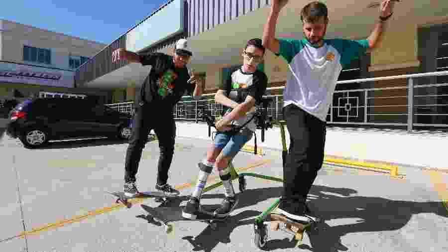 Daniel, Renan e Stevan praticam skate em aula do SkateAnima - Joao Mattos/Divulgação