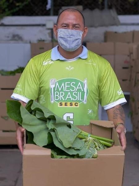 Integrante do Mesa Brasil com cesta de alimentos para doação - Divulgação
