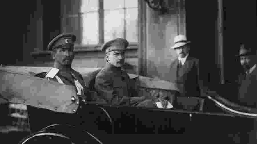 Boris Sávinkov é o segundo homem da esquerda para a direita. - Arquivo.