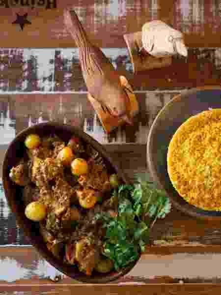 galinha guisada - prato - Clara Gouvêa/UOL - Clara Gouvêa/UOL
