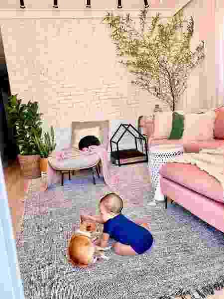 Otto brincando na sala de estar com cachorro da família - Arquivo Pessoal - Arquivo Pessoal