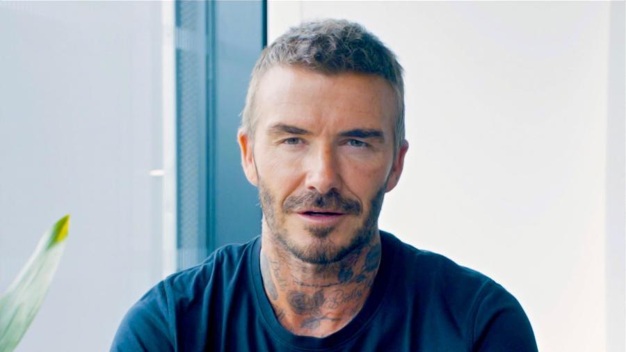Em pesquisa realizada no terceiro trimestre de 2020, look de David Beckham inspirou que público masculino fosse atrás das mesmas peças - Reprodução/YouTube