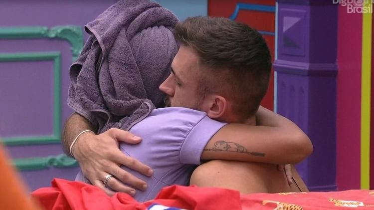 BBB 21: Arthur e Pocah se abraçam após eliminação de Projota - Reprodução/ Globoplay - Reprodução/ Globoplay