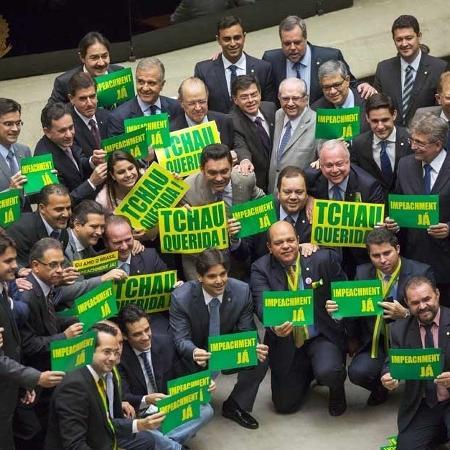 16.04.2016 Deputados seguram placa tchau querida em votação do impeachment de Dilma Rousseff -  Lalo de Almeida/Folhapress