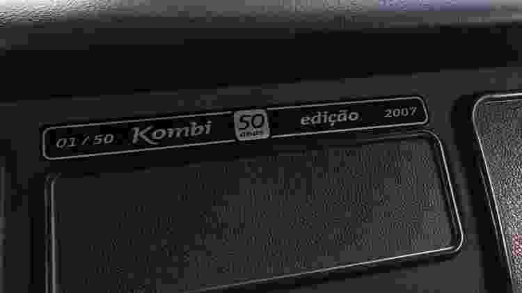 Kombi de ex-executivo da Volks exibe placa no painel que não deixa mentir: é a 1ª da Edição 50 Anos - Arquivo pessoal - Arquivo pessoal