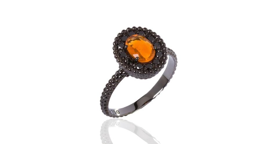 Anel em ouro negro com opala de fogo e diamantes negros, da Carla Amorim.