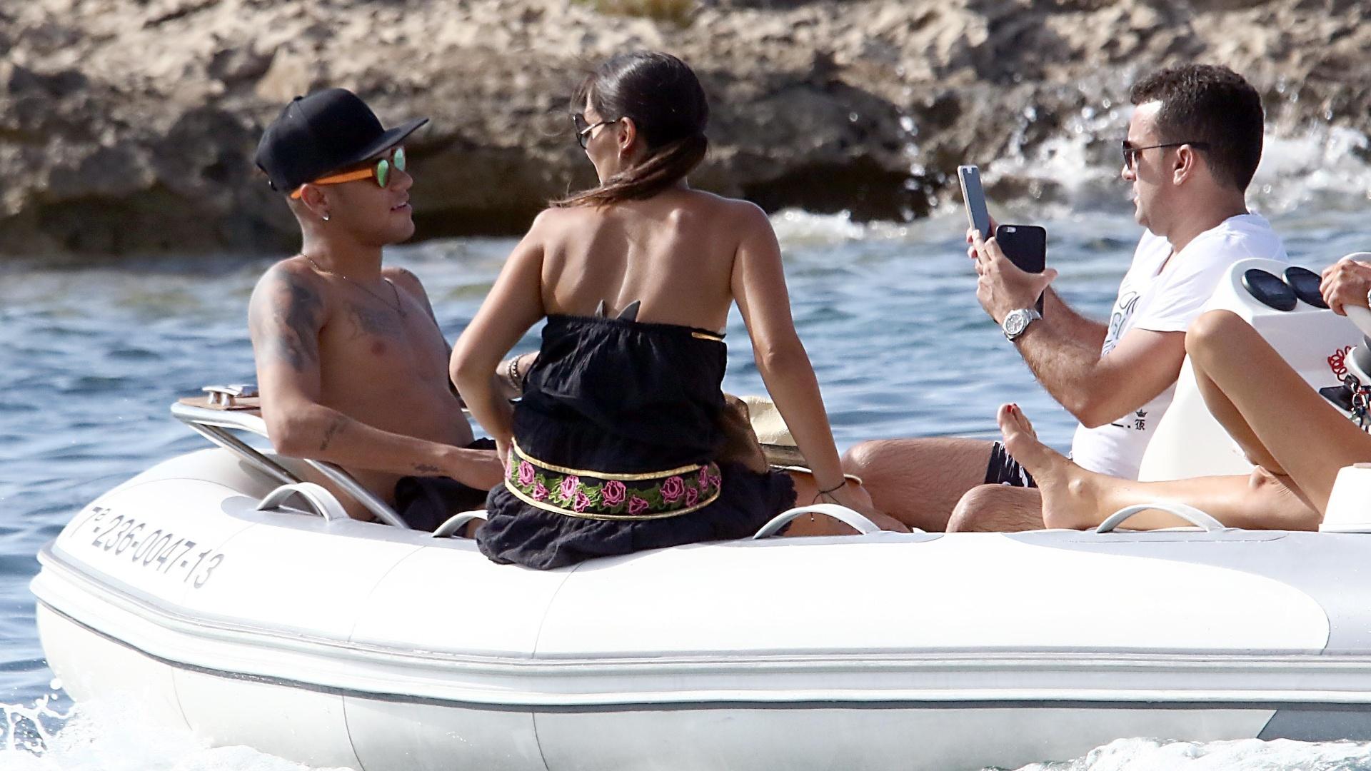 28.jul.2015 - De férias, Neymar aproveita dia de sol com amigos em praia de Ibiza, na Espanha