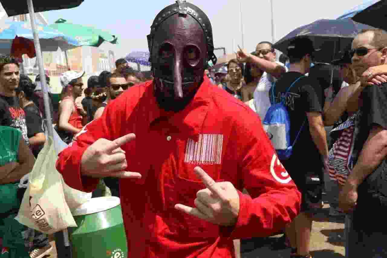 25.set.2015 - Mesmo com 39ºC na região da Cidade do Rock, Rodrigo de Jesus Lopes, 31, não abriu mão de se caracterizar como os integrantes da banda Slipknot, com macacão de manga longa e máscara - Zulmair Rocha/UOL