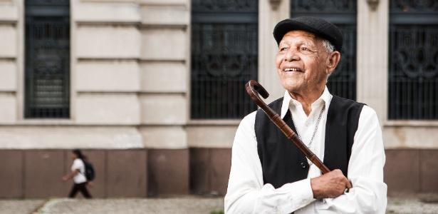 13.mar.2013 - O músico e sapateador Bob Lester posa para foto em frente a estação Julio Prestes no centro de Sao Paulo - Danilo Verpa/Folhapress