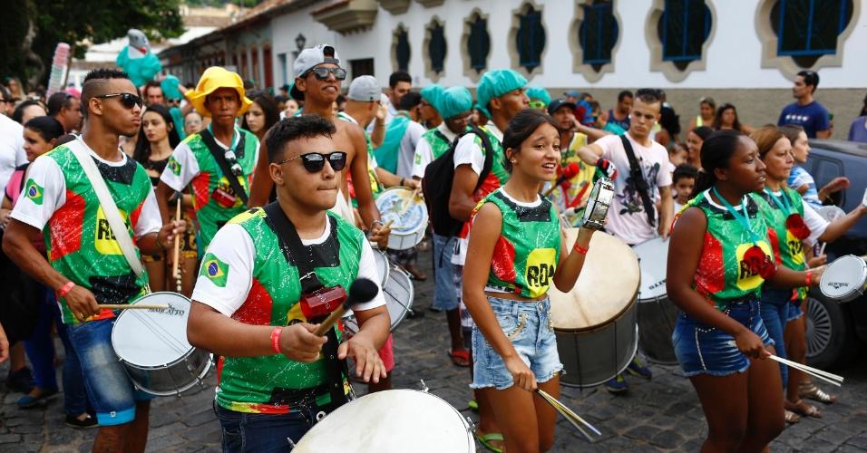 7.fev.2016 - Puxado pela bateria, o Bloco Santa Casa desfilou pelo centro histórico de São João Del Rei (MG)