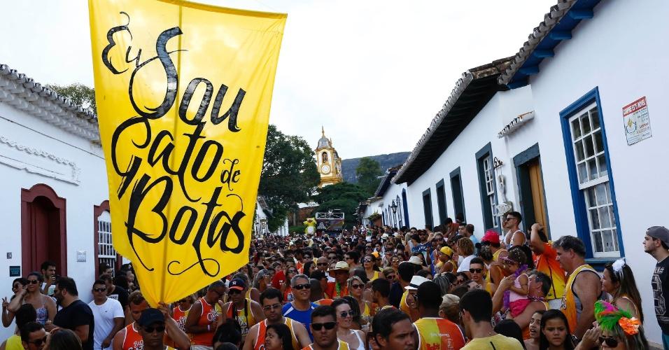 8.fev.2016 - O bloco Gato de Botas atraiu foliões para as ruas do centro histórico de Tiradentes (MG) na tarde da segunda-feira de Carnaval