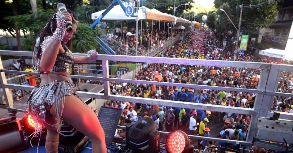 """8.fev.2016 - Tays Reis está pronta para o combate: a vocalista do grupo Vingadora defende seu hit """"Paredão Metralhadora"""" no circuito Campo Grande"""