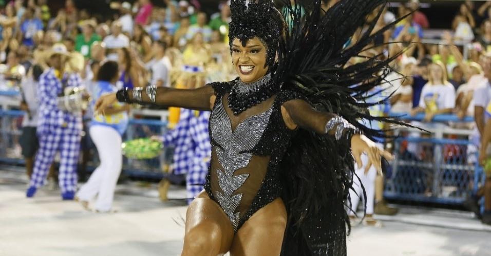 13.fev.2016 - A rainha de bateria Juliana Alves desfila com fantasia preta representando a vespa rainha