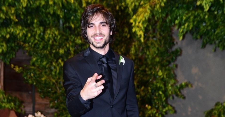 21.nov.2016 - Após chegar vestindo apenas uma regata, Fiuk, filho de Fábio Jr., veste terno preto para a cerimônia do sétimo casamento do pai, em São Paulo