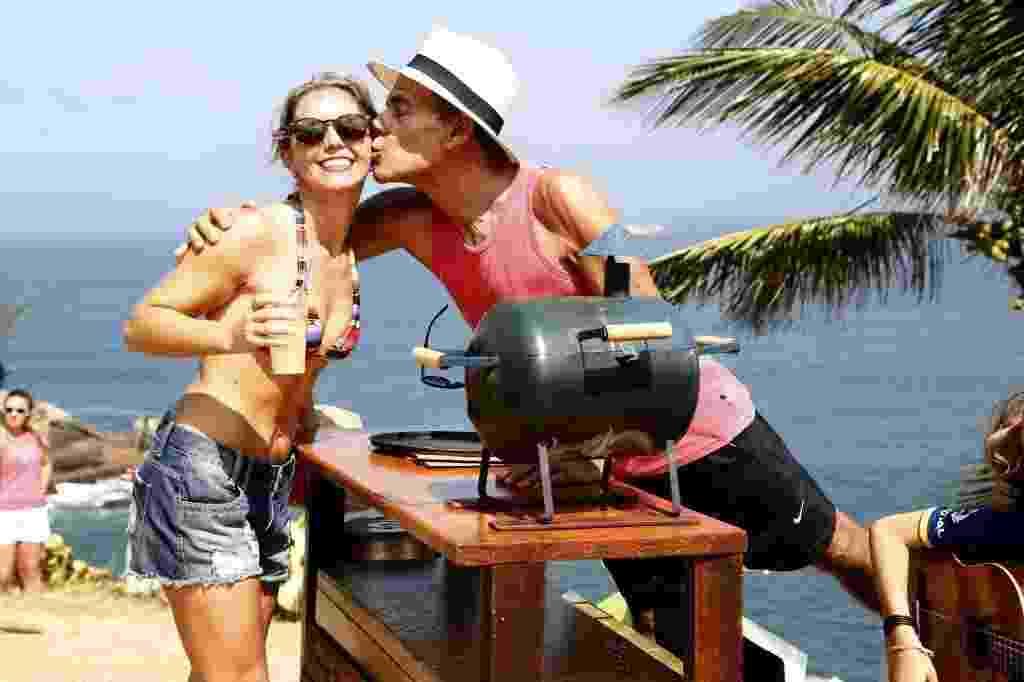 Mário beija Ana Paula Meura, cliente na barraquinha na praia da Joatinga, no Rio - Marcelo de Jesus/UOL
