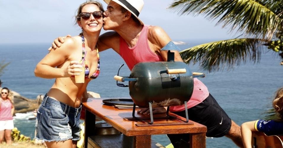 Mário beija Ana Paula Meura, cliente na barraquinha na praia da Joatinga, no Rio