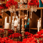Nesta festa, a inspiração principal foi a biblioteca do castelo da Fera. Além disso, o decorador aproveitou o candelabro e a tradicional rosa vermelha - Reprodução/Pinterest