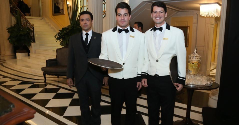 """Rodrigo Fagunes, Thiago Martins e Bruno Nunes recebem convidados no fictício hotel Carioca Palace, cenário da novela """"Pega Pega"""""""