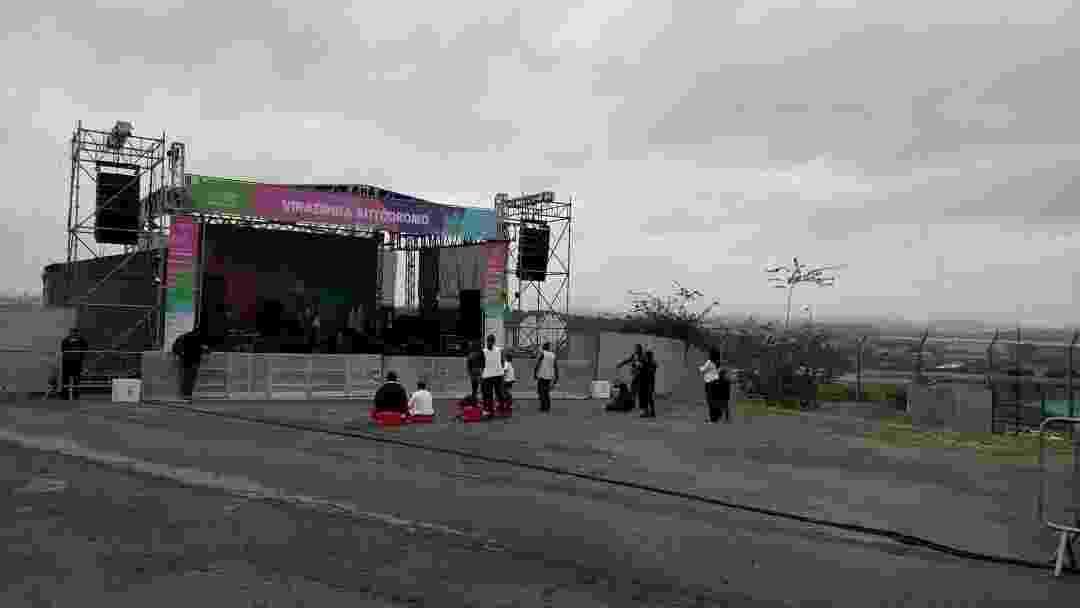 Grupo Brasileirinhos se apresenta no palco principal da Viradinha de Interlagos para 11 pessoas - Renata Nogueira/UOL