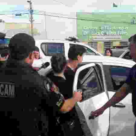 """Fábio Assunção deixa a delegacia e é conduzido para o Fórum de Arcoverde, em Pernambuco"""". """"Que vergonha !"""", disse o ator ao entrar no carro da Polícia - Aliny Gama/UOL - Aliny Gama/UOL"""