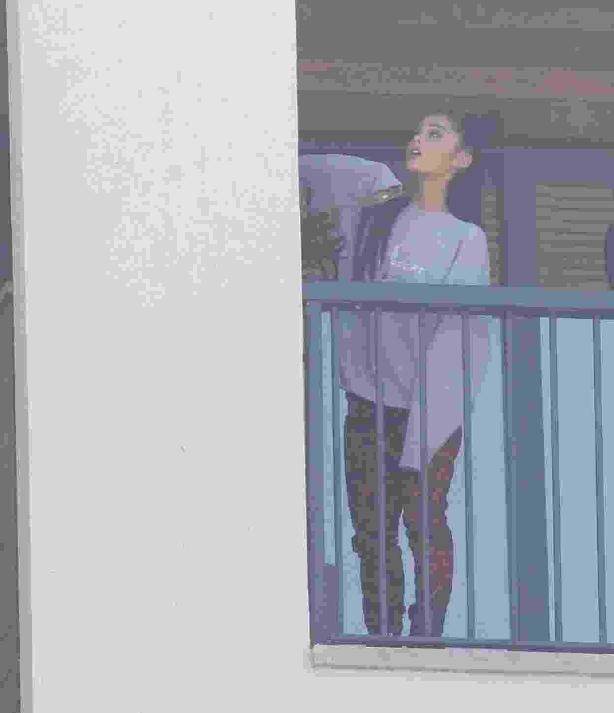 Ariana Grande observa a vista do Rio de Janeiro de seu quarto na Barra da Tijuca - AgNews