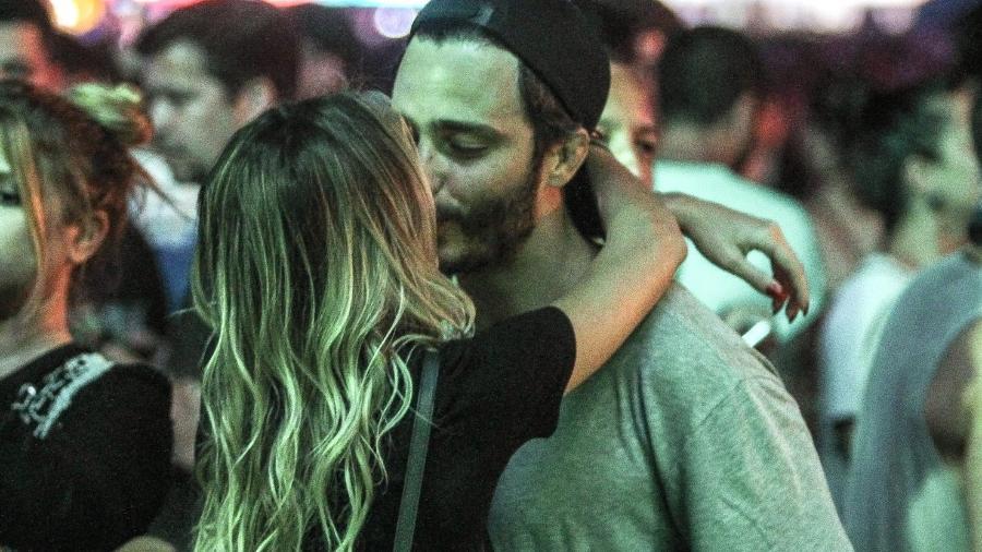 Solteiro desde junho, quando terminou o casamento de dez anos com a jornalista Cris Dias, o ator Thiago Rodrigues foi visto beijando muito em camarote no Rock in Rio 2017 - AgNews