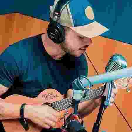 Higor Rocha toca ukulele em gravação de música - Divulgação - Divulgação