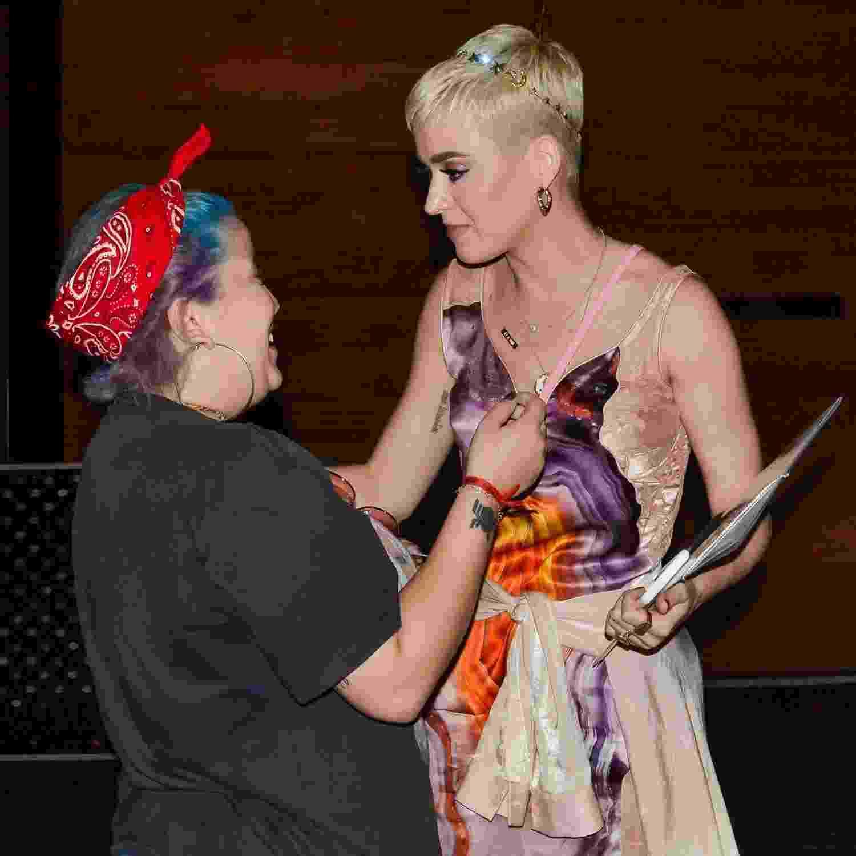 A cantora Katy Perry, que faz show em São Paulo neste sábado (17), saiu para jantar em uma churrascaria na sexta-feira e, muito simpática, conversou com fãs, tirou fotos e até autografou o braço de um deles - Clayton Felizardo/Brazil News