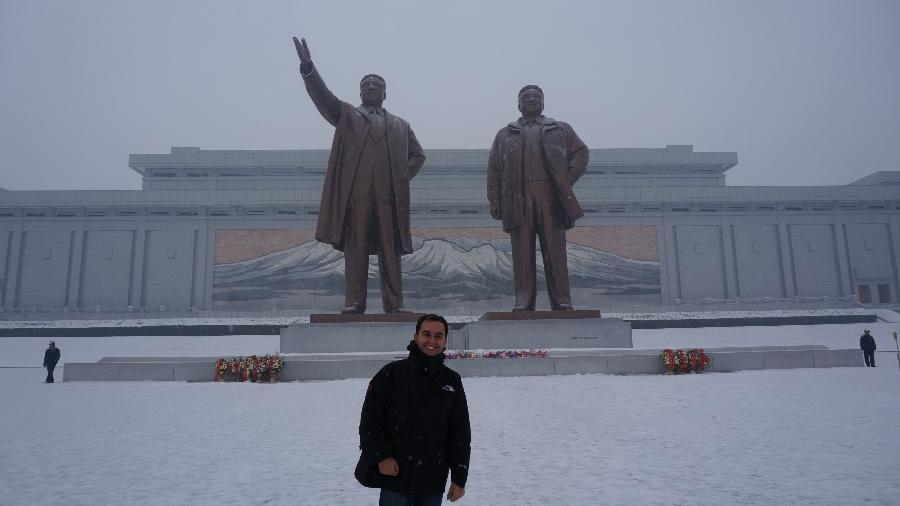 Em Pyongyang, o brasileiro Mike Weiss (na foto) foi incentivado a reverenciar as estátuas de líderes norte-coreanos - Mike Weiss/Arquivo pessoal