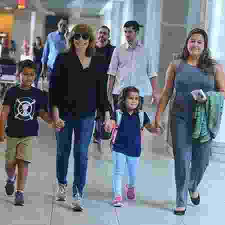 Renata Sorrah, em 2017, com os netos Miguel, Betina e a filha Mariana - Willian Oda/Ag.News - Willian Oda/Ag.News